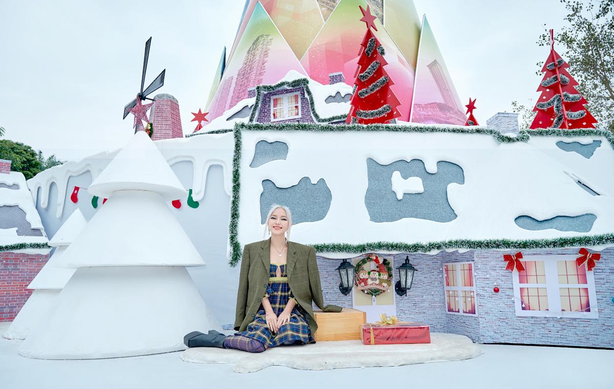 Châu Bùi 'check-in' búp măng Noel tại Hà Nội