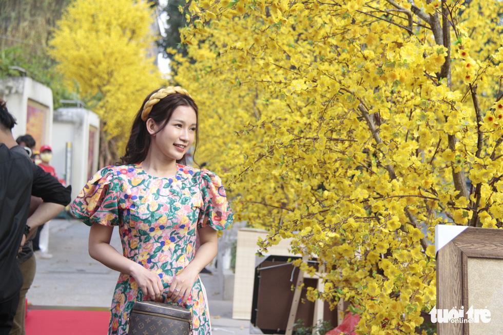 Lễ hội Tết Việt chưa bắt đầu, nhiều bạn gái đã xúng xính váy áo với đường mai