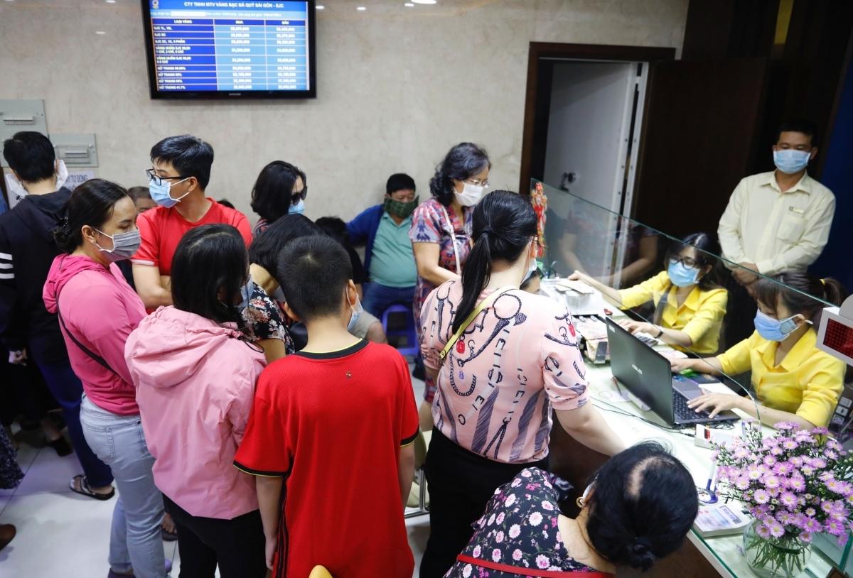 Người Sài Gòn đổ đi mua vàng 'đông ngoài mong đợi'