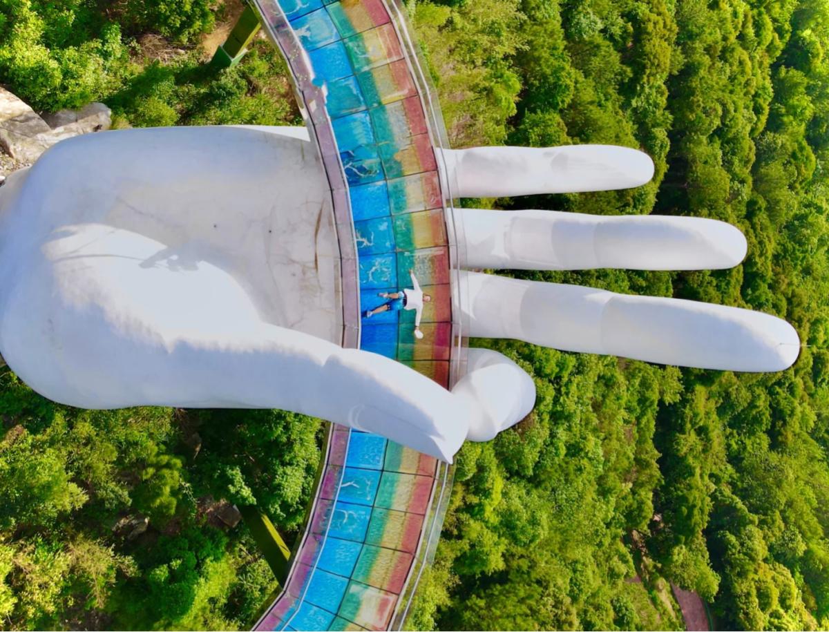 Cây cầu hình bàn tay nâng dải cầu vồng