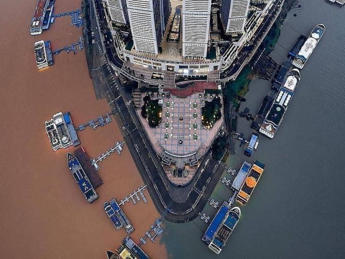 Bến tàu nơi hai dòng sông gặp nhau, nước không hòa lẫn
